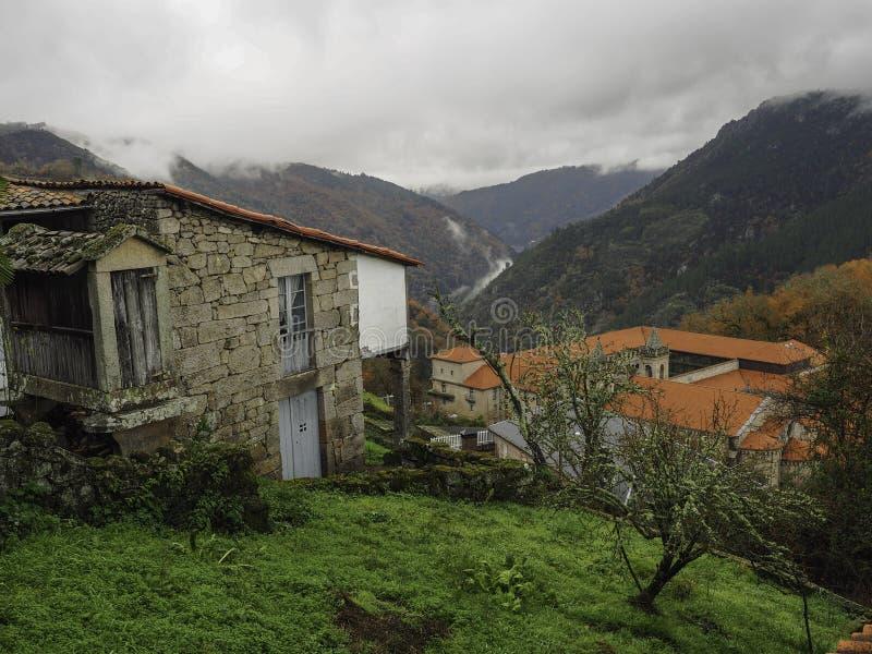 Camera accanto a Santo Estevo Monastery fotografie stock libere da diritti