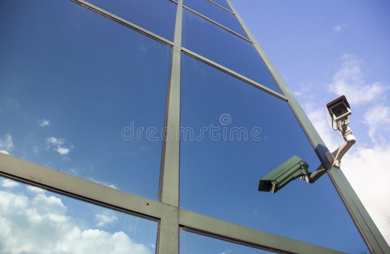 Camera bij de bureaubouw die op wolken wijzen royalty-vrije stock foto's