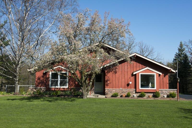 Camera, casa con rivestimento esterno di raccordo del cedro rosso fotografia stock