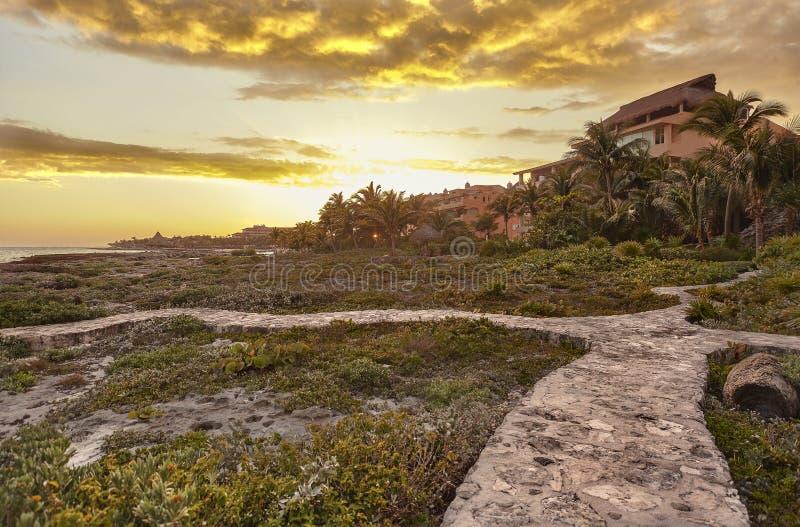 Camera che trascura il mare e la costa rocciosa di Puerto Aventuras fotografie stock libere da diritti