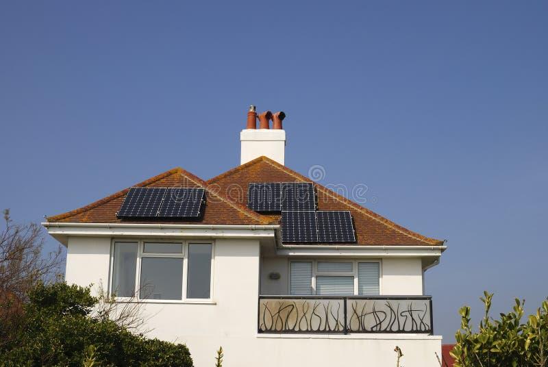 Camera Con I Comitati Solari Sul Tetto. Il Regno Unito. L Inghilterra Fotografie Stock Libere da Diritti