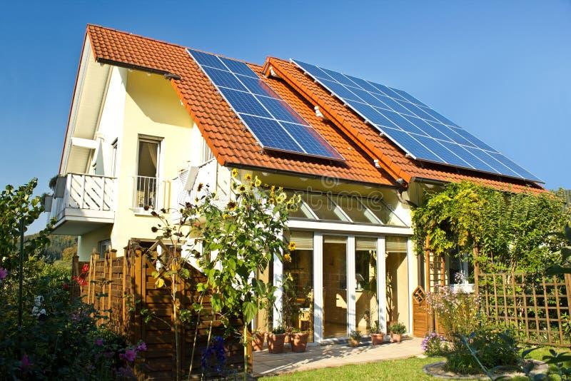 Camera con il giardino ed i comitati solari fotografia stock libera da diritti