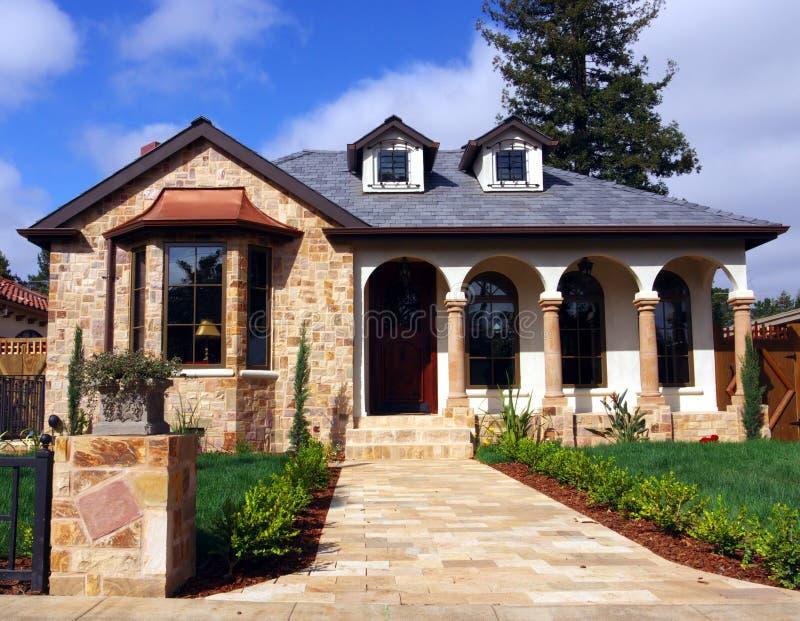 Camera con la facciata di pietra fotografia stock - Facciata casa moderna ...