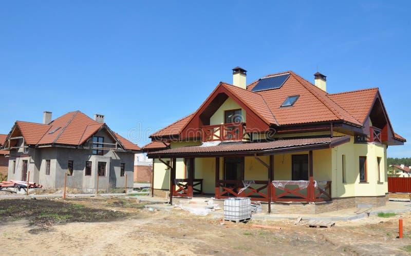 Camera in costruzione Cantiere della Camera con il tetto dell'argilla, parafulmine, pannelli solari dello scaldabagno, finestre d fotografia stock