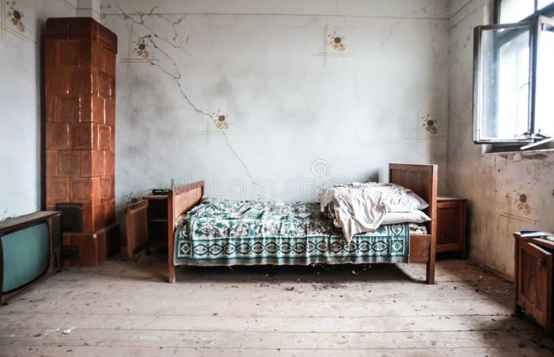 Camera da letto abbandonata fotografia stock