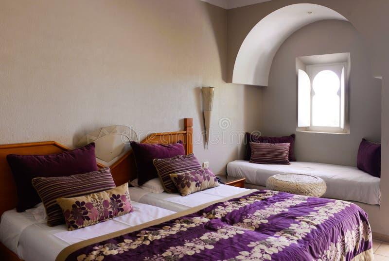 Camera da letto accogliente con la finestra araba, stanza, interno della casa fotografia stock
