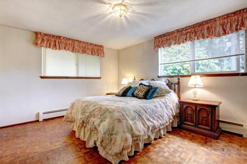 Camera da letto accogliente di colori caldi fotografia stock libera da diritti
