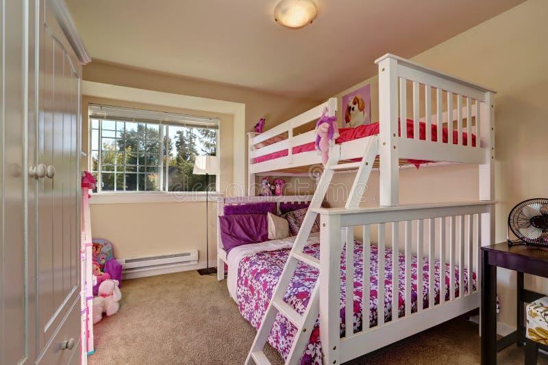 Camera da letto adorabile delle ragazze con il letto di cuccetta ed il pavimento di tappeto immagine stock libera da diritti
