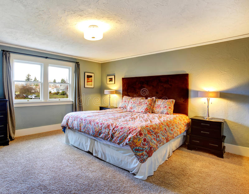 Camera da letto ammobiliata blu chiaro con il pavimento - Letto tappezzato ...