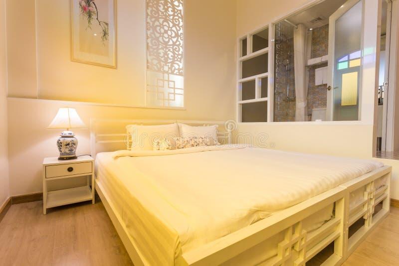 Camera da letto astratta nei colori leggeri caldi grande for Colori camera da letto matrimoniale