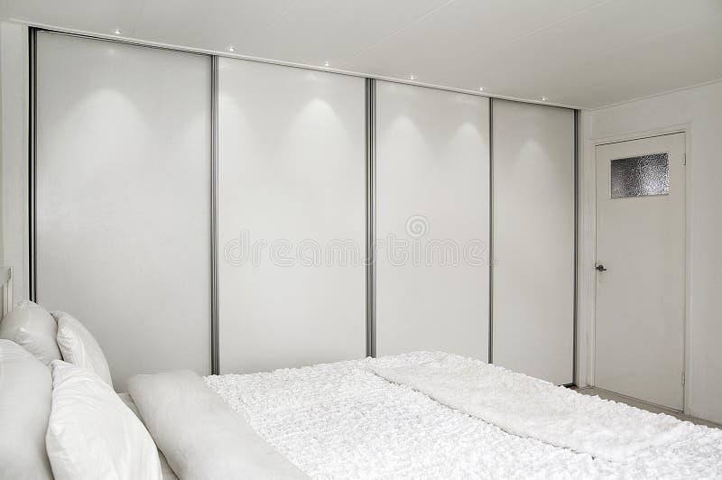 Camera da letto. Base e un armadio. fotografie stock libere da diritti