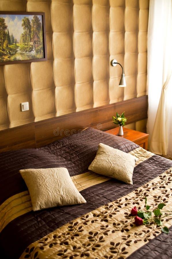 Camera da letto beige e marrone fotografia stock immagine di tenda foglio 31679978 - Camera da letto beige ...