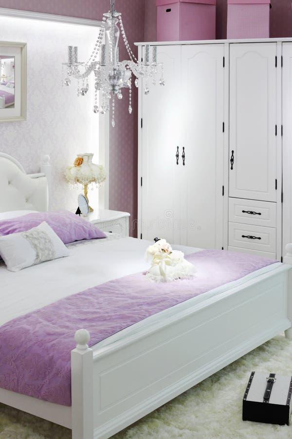Camera da letto bianca alla moda con la doppia base fotografie stock libere da diritti