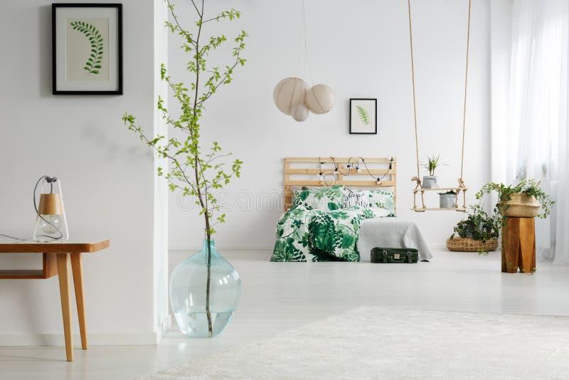 Camera da letto bianca con le piante immagine stock