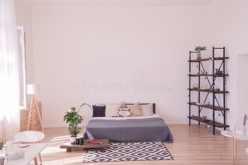 Camera da letto bianca del sottotetto interna con i manifesti fotografia stock libera da diritti