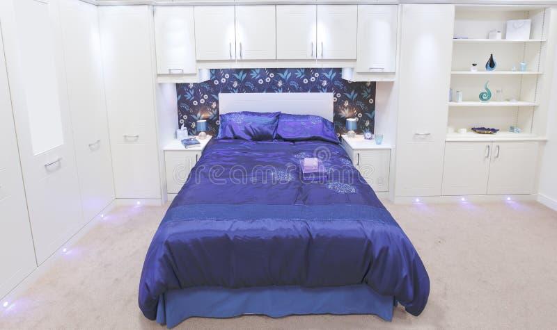 Camera da letto bianca di lusso immagini stock libere da diritti