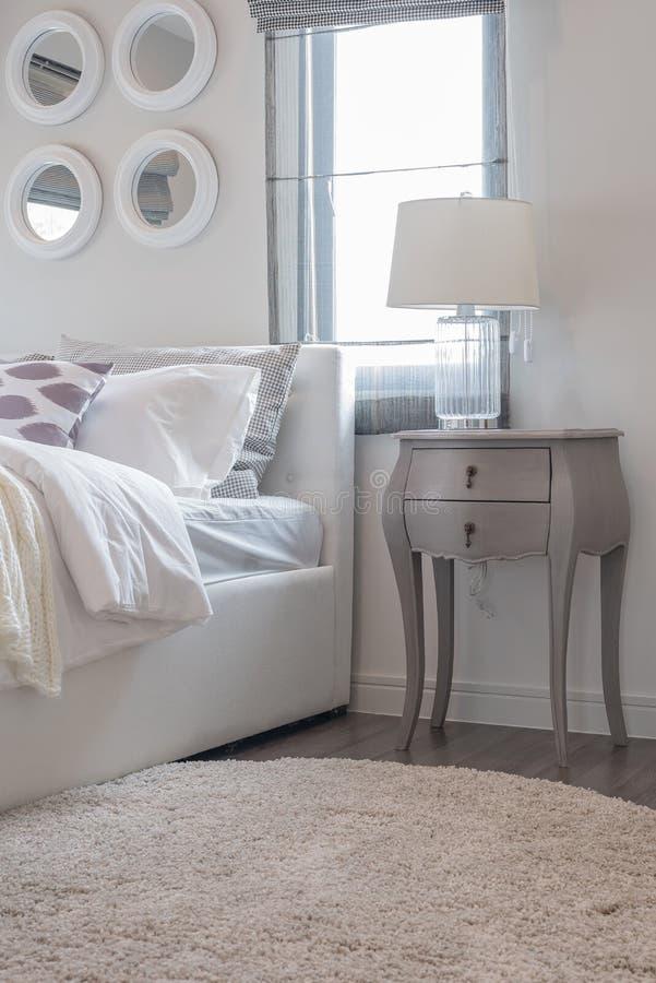 Camera da letto bianca moderna con il letto bianco e la lampada bianca fotografia stock - Camera da letto moderna bianca laccata ...