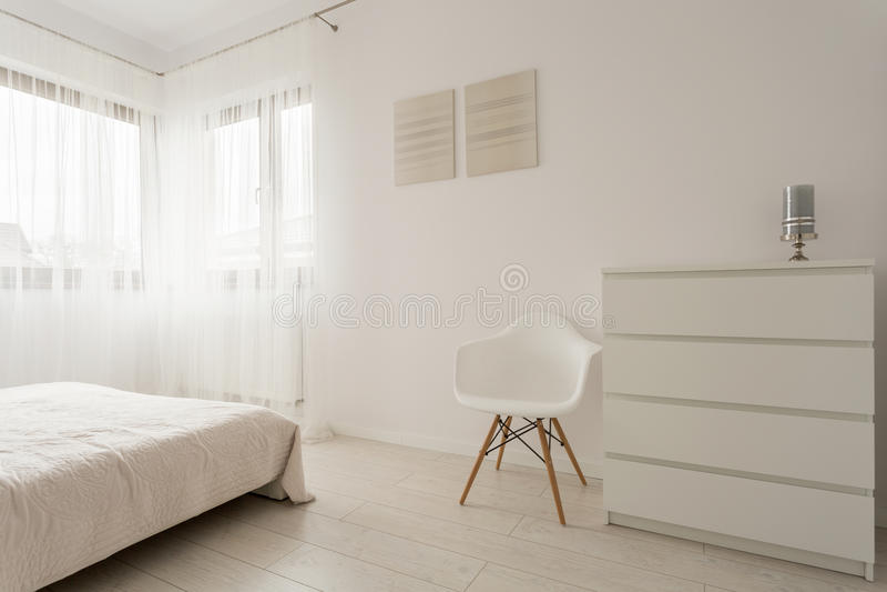 Camera da letto bianca semplice fotografie stock libere da diritti