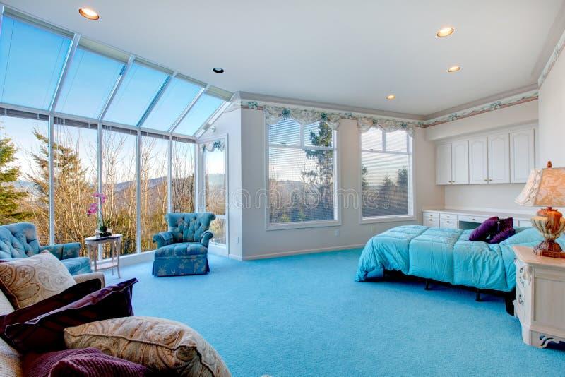 Camera da letto blu chiaro e bianca stupefacente con la - Parete blu camera da letto ...