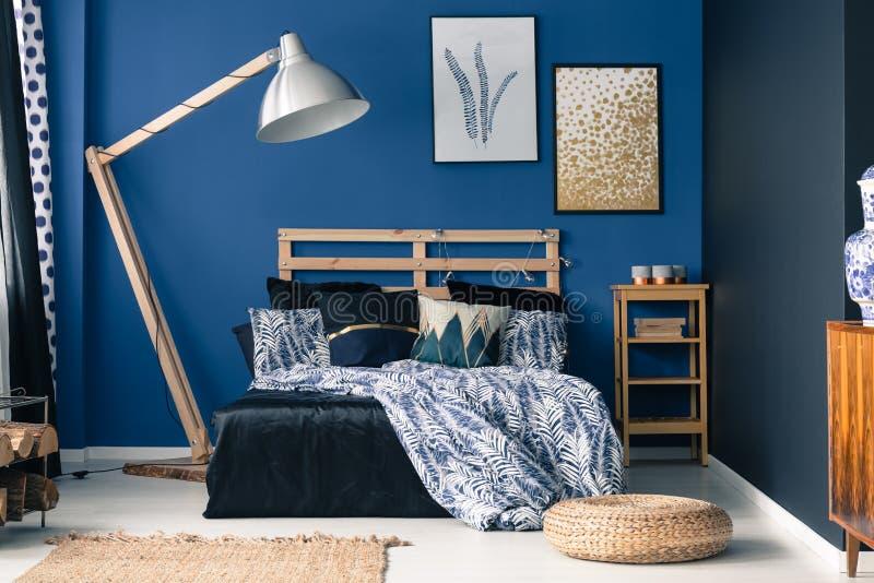 Camera da letto blu, tocco di oro fotografia stock