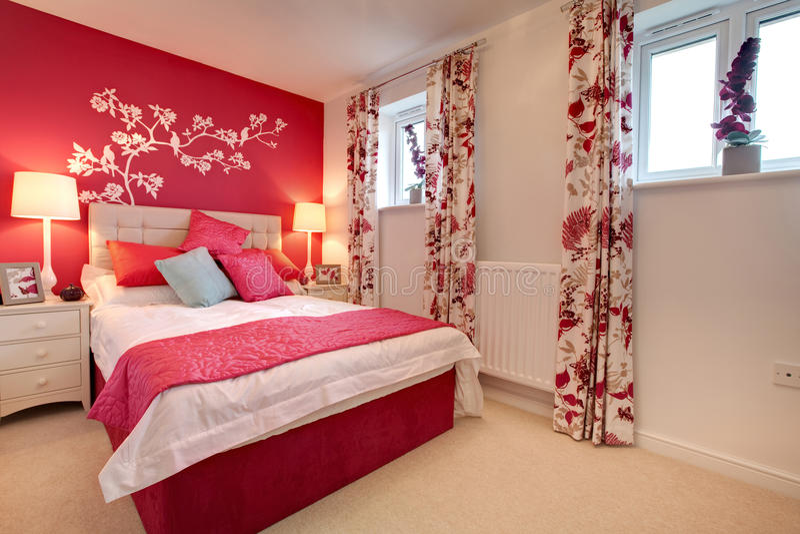 Camera da letto brillantemente decorata moderna immagini stock libere da diritti