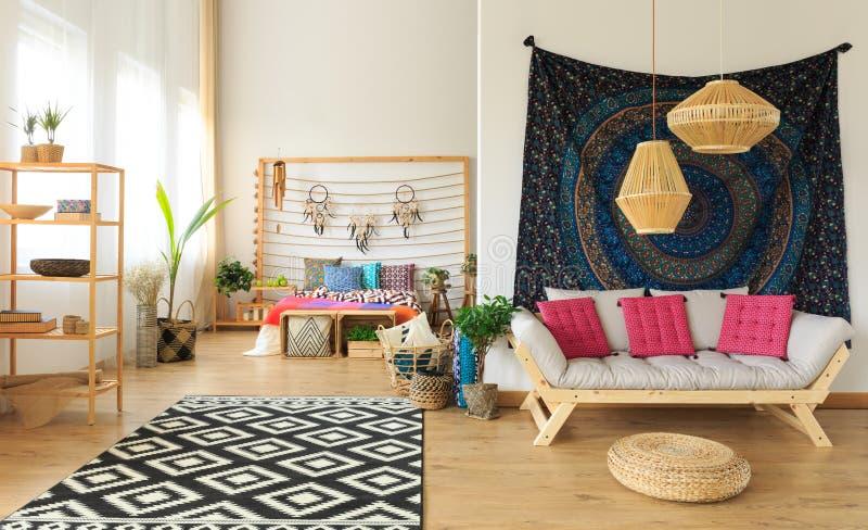 Camera da letto completamente ammobiliata variopinta fotografia stock libera da diritti
