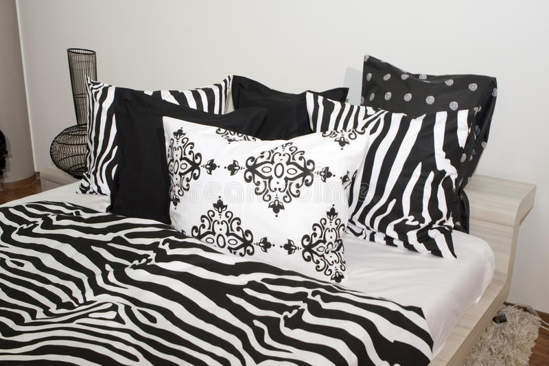 Camera da letto con i cuscini in bianco e nero fotografia - Camere da letto bianche e nere ...