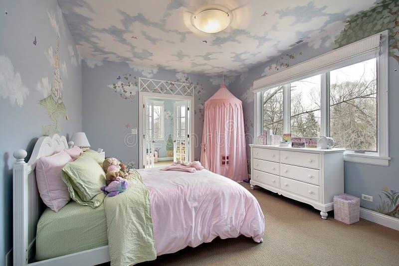 Camera da letto con i disegni della parete fotografia stock libera da diritti