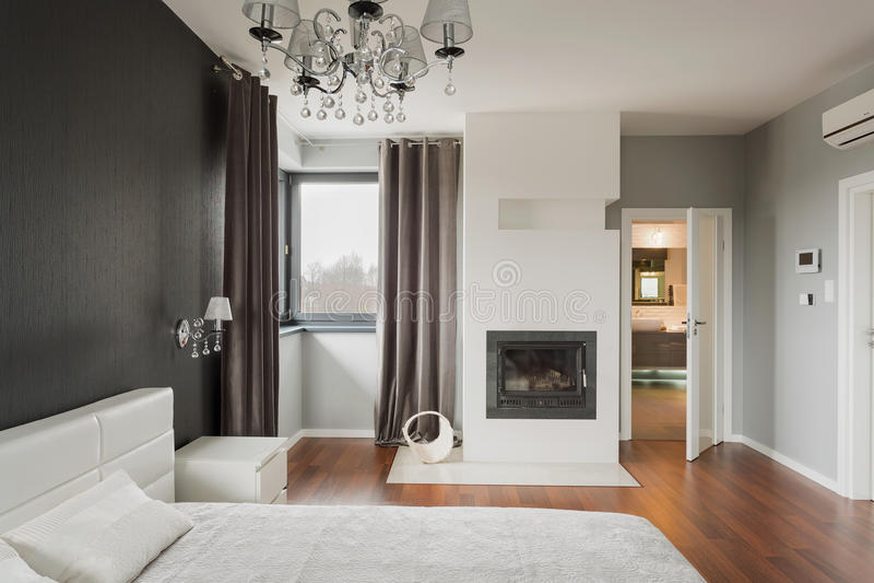 Camera da letto con il camino fotografie stock libere da diritti
