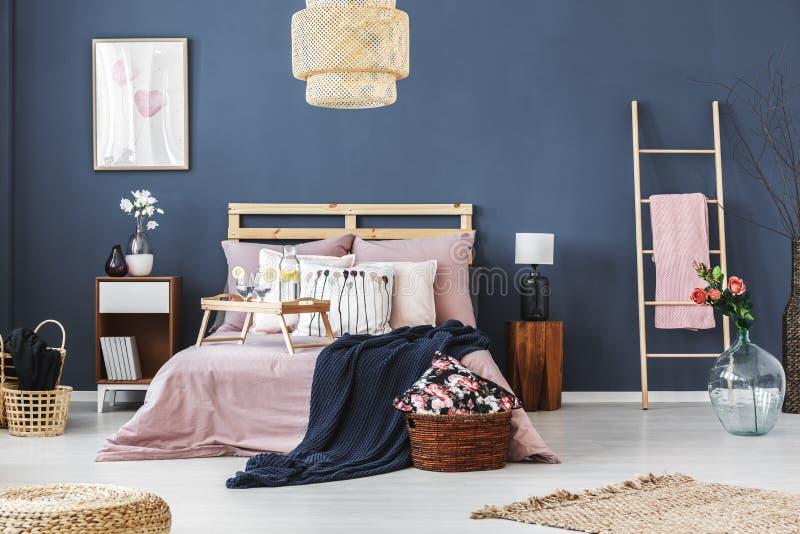 Camera da letto con il motivo floreale immagine stock libera da diritti