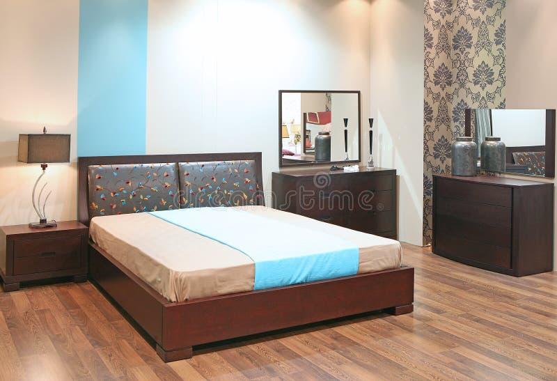 Camera da letto con il pavimento di legno fotografia stock