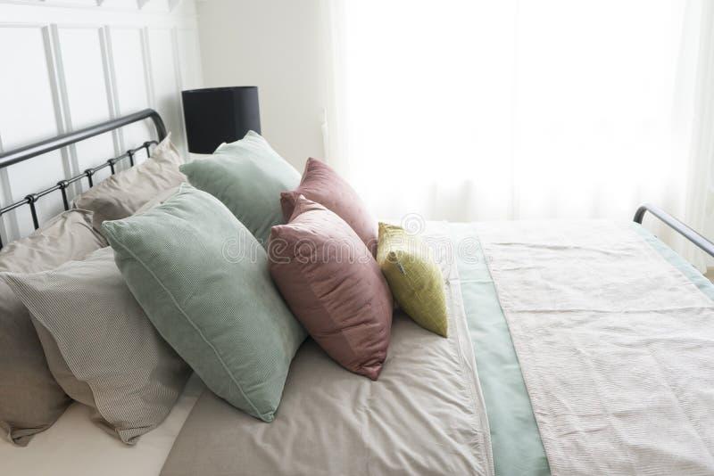 Camera da letto con il rosa pastello ed i cuscini verdi di accenti fotografia stock libera da diritti