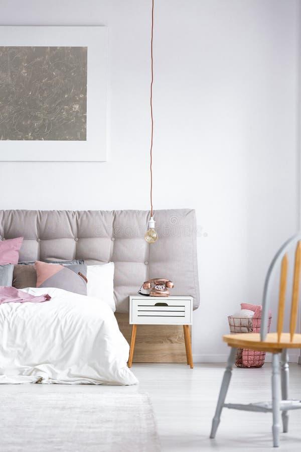 Camera da letto con il vecchio telefono disegnato fotografia stock libera da diritti