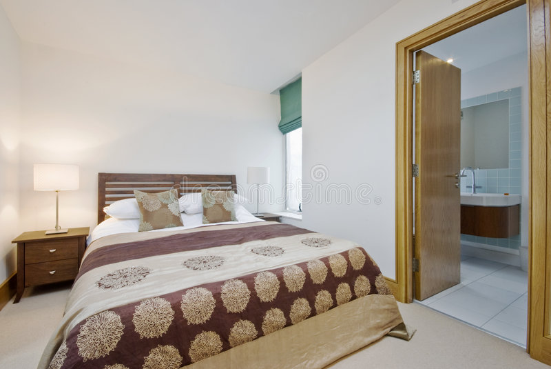 Camera da letto con la porta aperta alla stanza da bagno della en serie immagine stock - Posizione letto rispetto alla porta ...