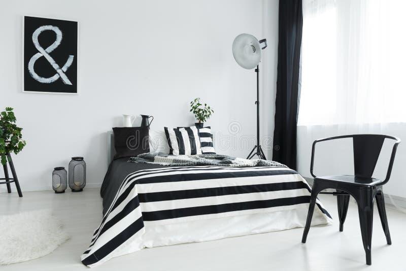 Camera da letto con la sedia fotografia stock