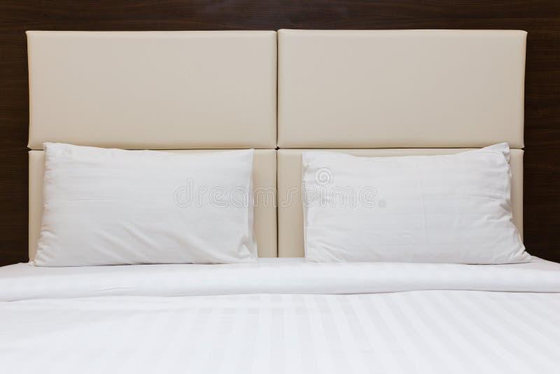 Camera da letto con la testata bianca del cuoio e del cuscino fotografia stock immagine di - Cuscino testata letto ...