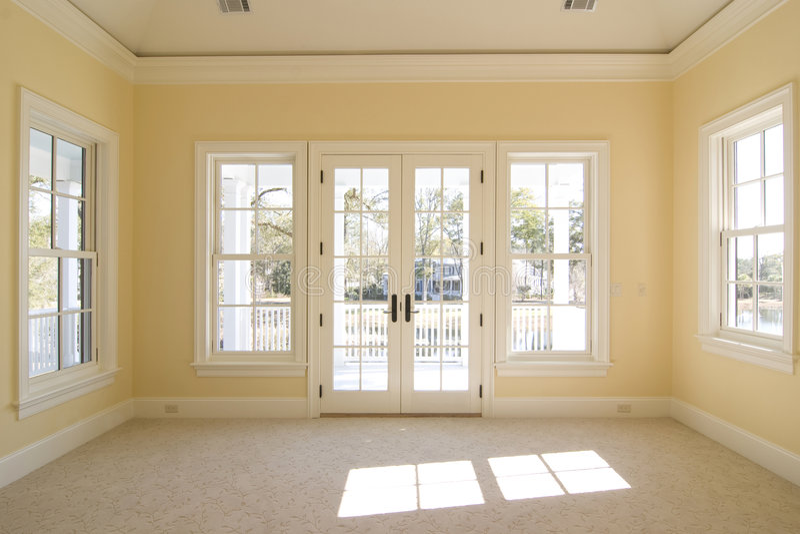Camera da letto con la vista ed il portico fotografie stock libere da diritti