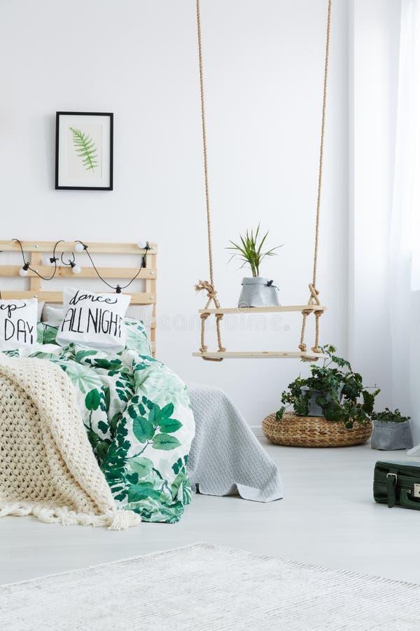 Camera da letto con lo scaffale dell'oscillazione di DIY immagine stock libera da diritti