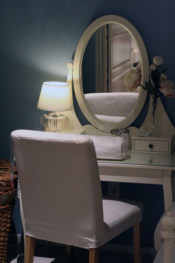 Camera da letto con lo specchio immagine stock immagine di specchio trucco 12241625 - Specchio camera letto ...