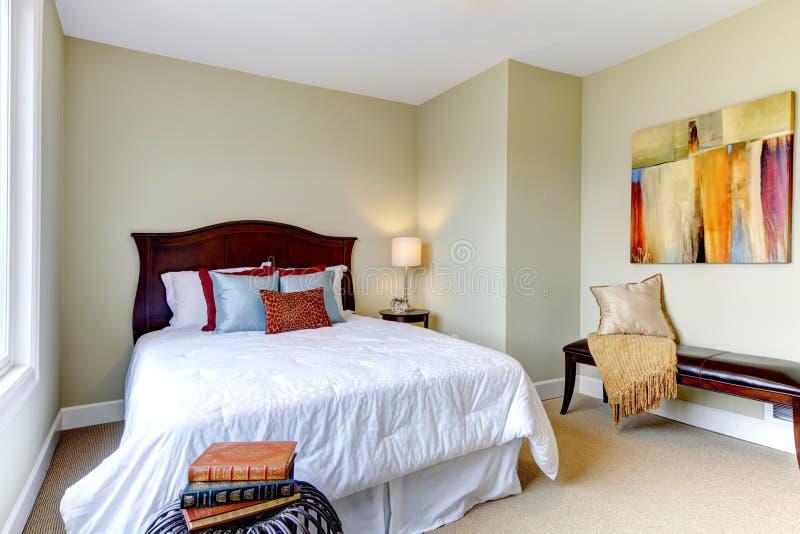 camera da letto con stratificazione bianca, pareti verdi ... - Pareti Verdi Camera Da Letto