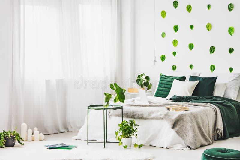 Camera da letto d'avanguardia con letto a due piazze comodo in foto piana e reale moderna immagine stock libera da diritti