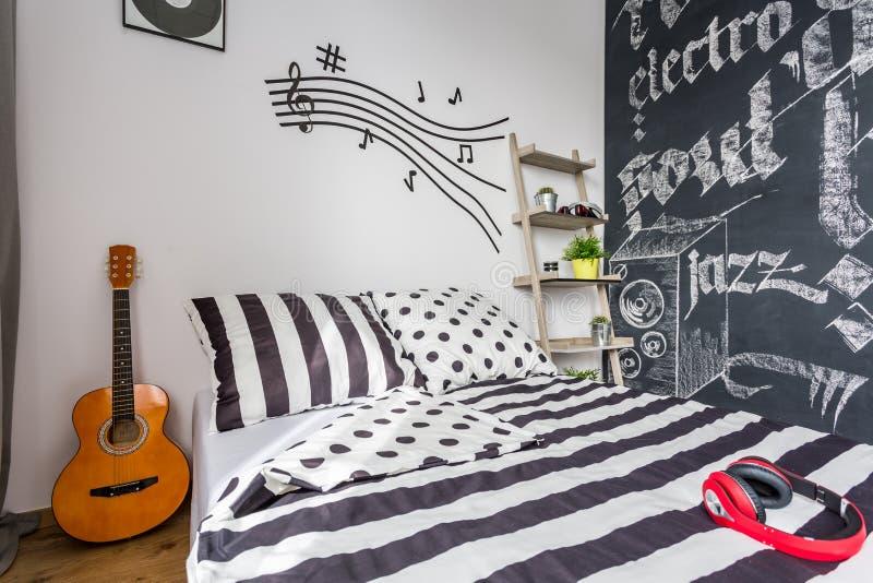 Camera Da Letto Decorata Con Gli Oggetti In Relazione Con La Musica ...
