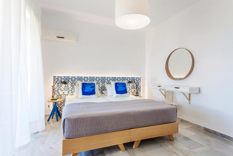 Camera da letto decorata moderna immagini stock libere da diritti