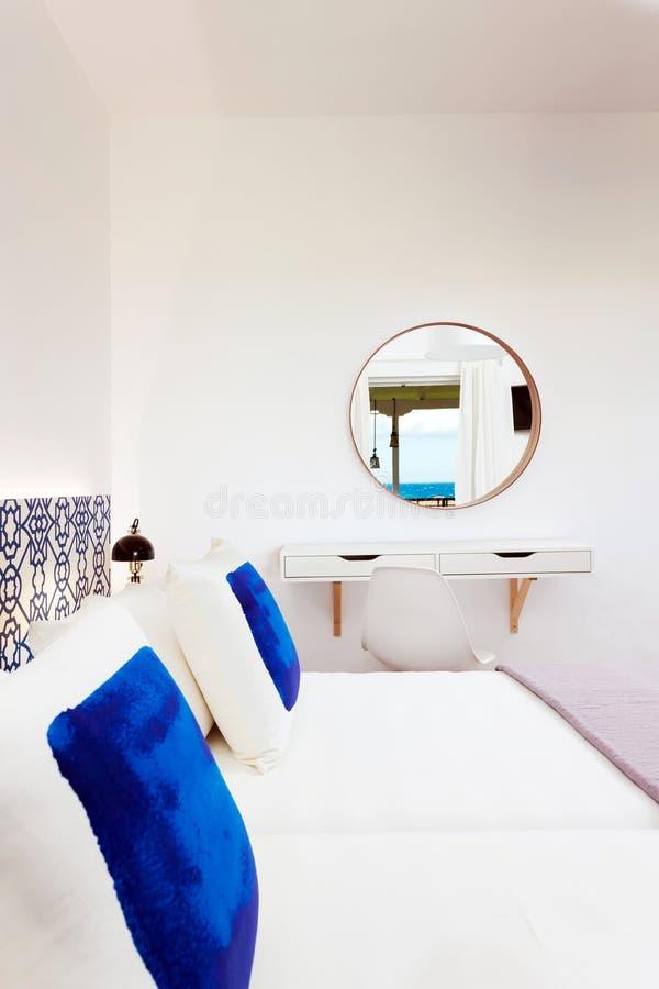 Camera da letto decorata moderna fotografie stock libere da diritti