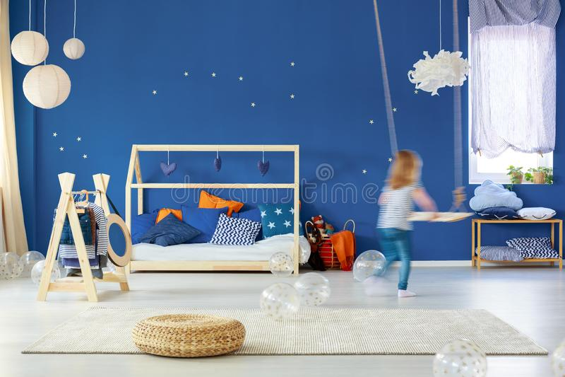 Camera da letto del bambino con oscillazione immagine stock libera da diritti