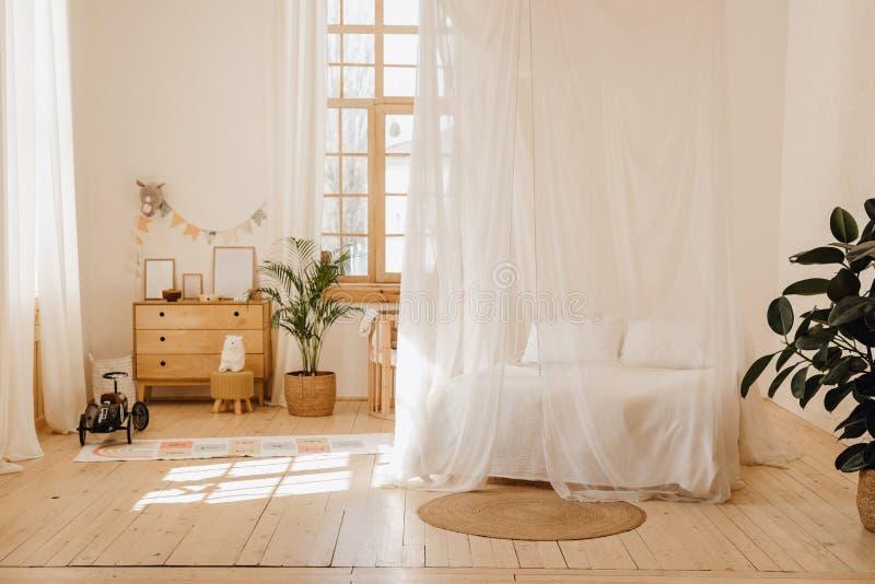 Camera da letto del chalet interna con la casetta accogliente del letto del baldacchino fotografia stock libera da diritti