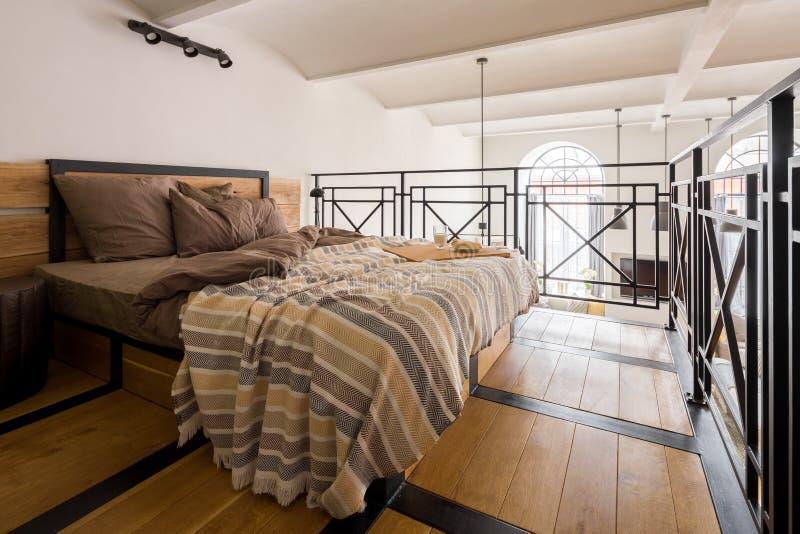 Camera da letto del mezzanino con letto matrimoniale fotografie stock libere da diritti