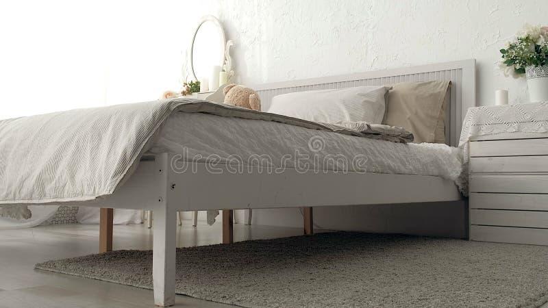 Camera da letto del mio sogno Seguendo colpo della camera da letto elegante in un alla moda, classicamente progettato a casa con  fotografie stock libere da diritti