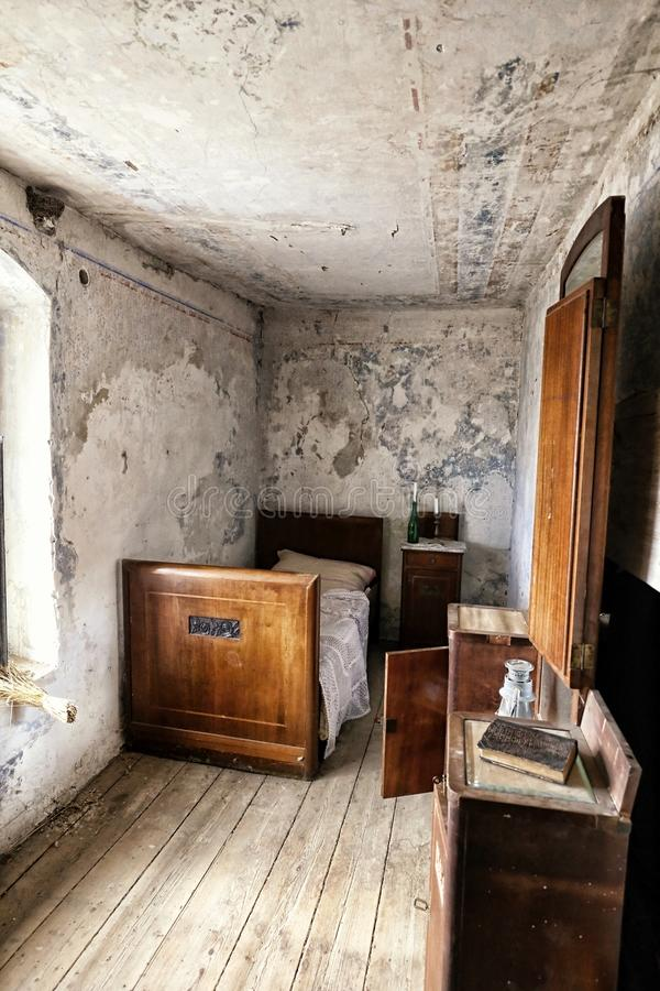 Camera da letto del Od all'interno della casa abbandonata con letto singolo fotografia stock