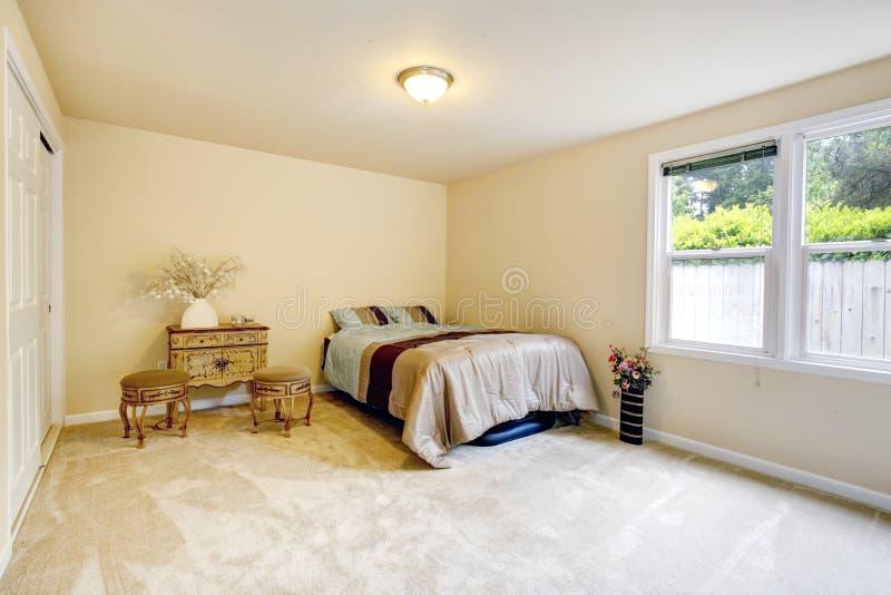 Camera da letto delicata con il gabinetto e le sedie antichi fotografia stock